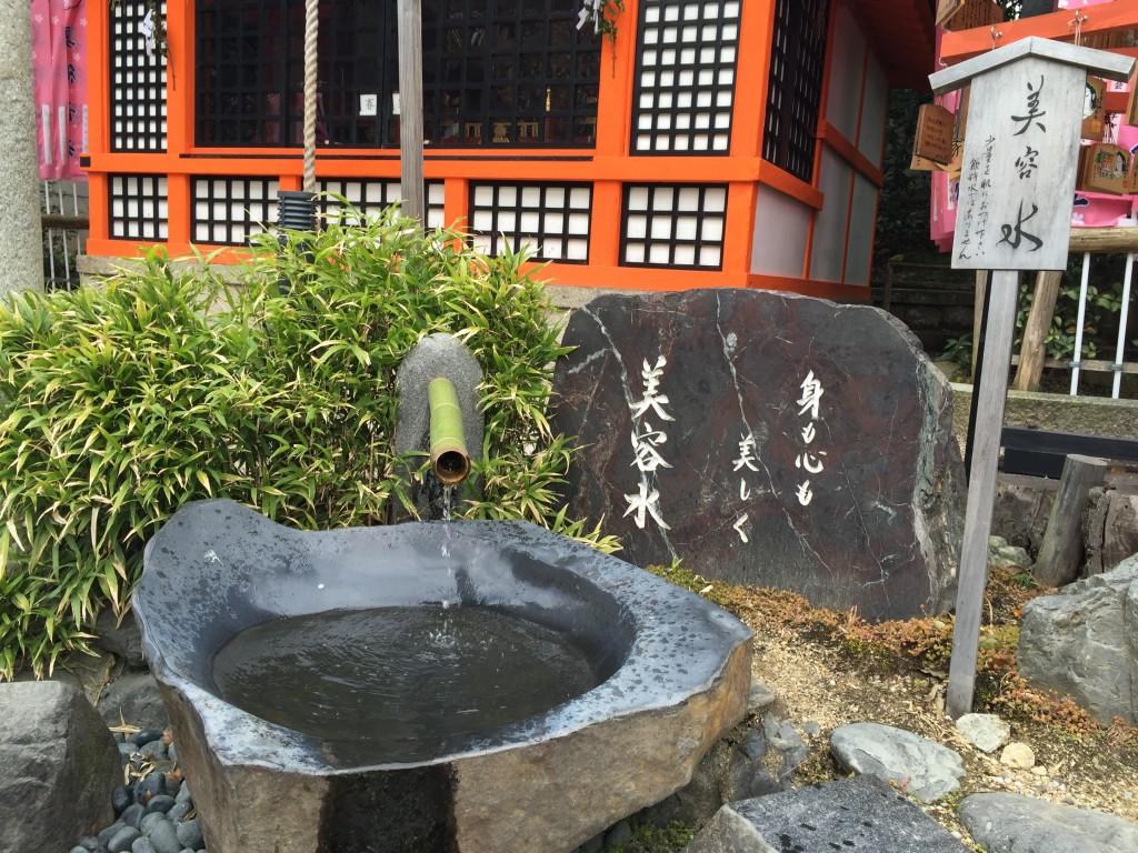 京都八坂神社末社「美御前社」でお肌ツルツル!2